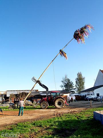 Májku pomáhala stavět, jako obvykle,i těžká zemědělská technika.